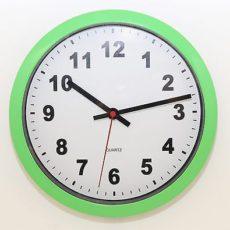 687 Mebus Wanduhr ! grün - weiß ! super modernes design ! 25 ,5 cm
